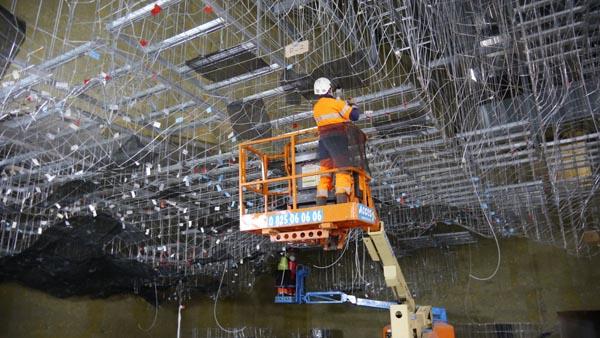 Les-ouvriers-de-Freyssinet-réalisent-le-squelette-de-la-grotte-restituée-©-C.-Tran-SYCPA.jpg