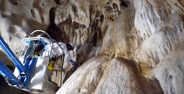 Les-peintres-de-AAB-Cofeix-Freyssinet-colorent-les-parois-de-La-Caverne-du-Pont-dArc-©-SYCPA-6.jpg