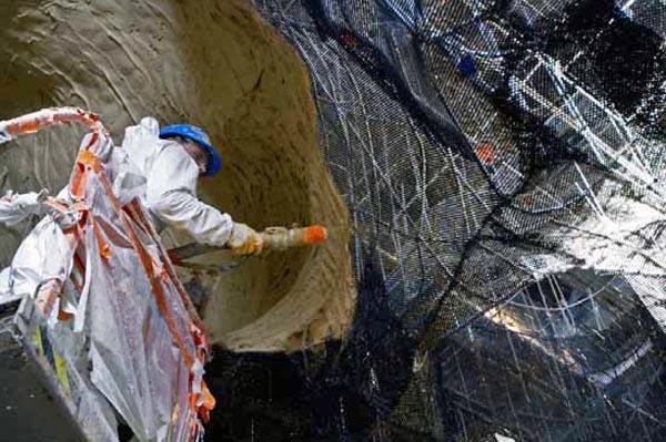 Sur ces cages métalliques, les ouvriers projettent deux couches de mortier paysage réalisé à partir de matières minérales et liants naturels. © SYCPA – Sébastien Gayet
