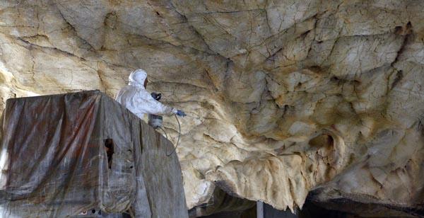 Les-peintres-colorent-les-parois-de-la-Caverne-@-SYCPA.jpg