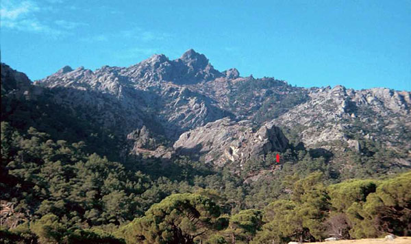 Fig. 4 – View of the peak from the East. The red arrow marks the location of three rock paintings