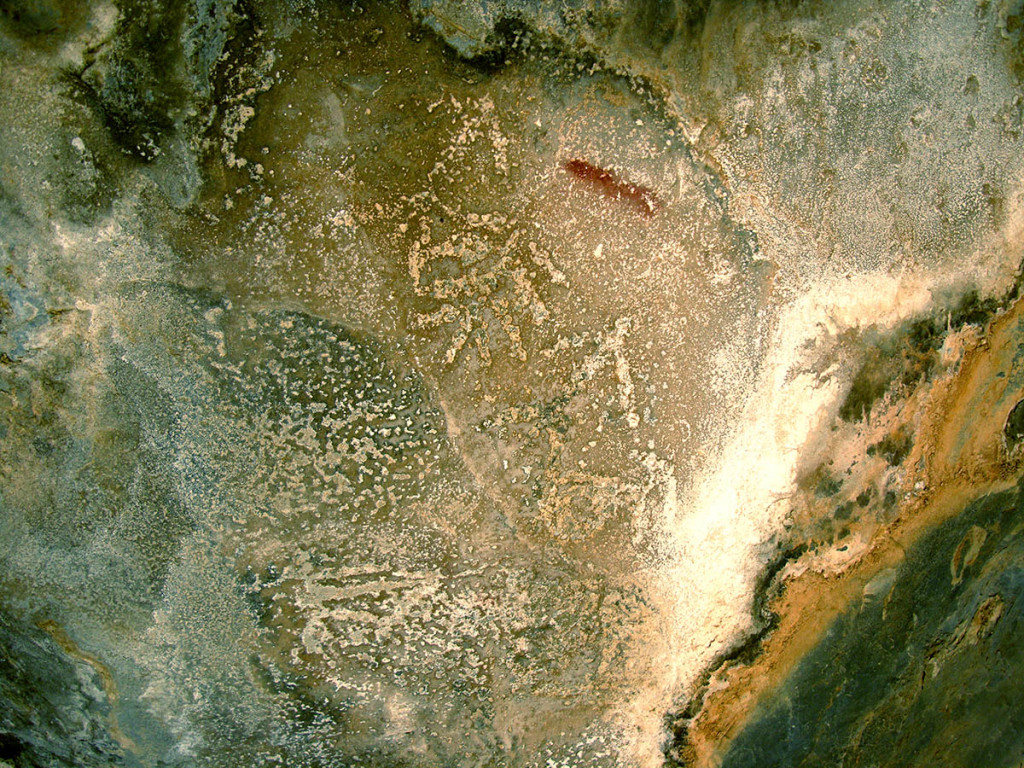 Fig. 10 - Anthropomorphs and tree-like figures painted in white on a roof of a shelter in Wadi Tanuf (photo by Angelo Fossati)