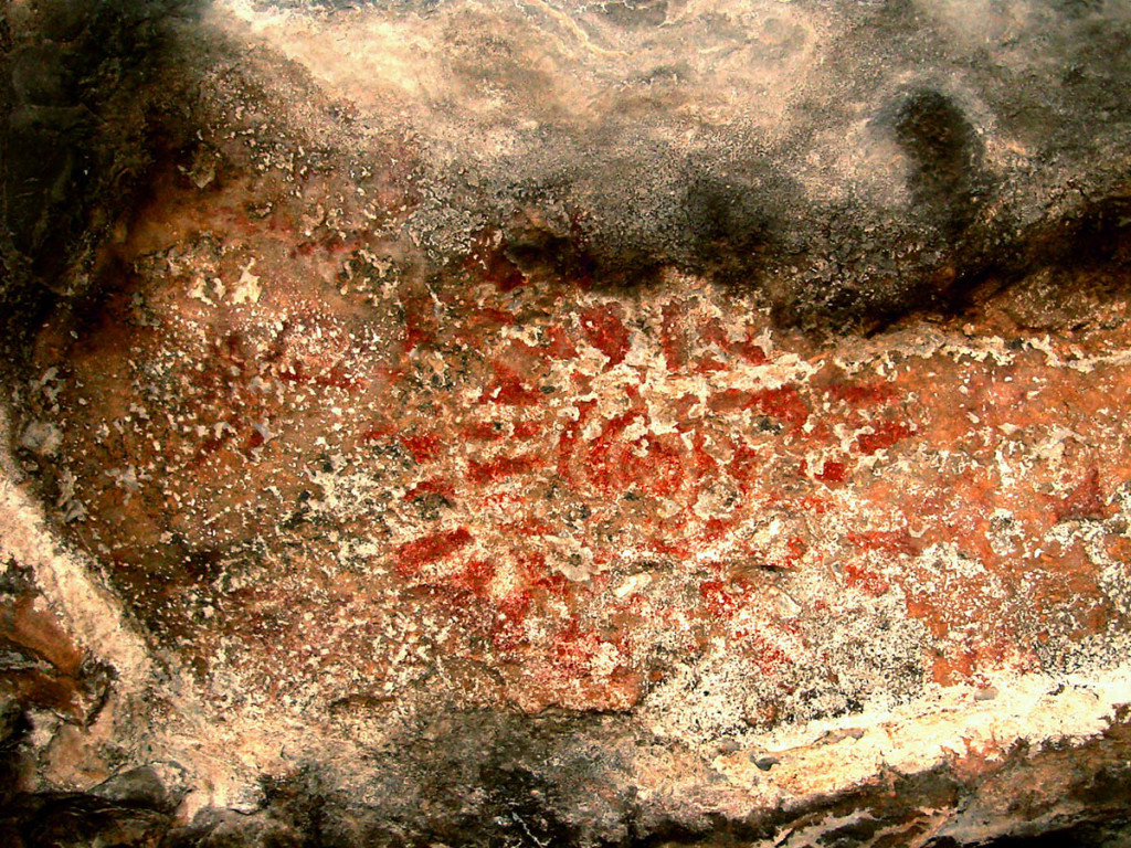 Fig. 11 - Solar figure painted in red and white on a roof of a shelter in Wadi Tanuf (photo by Angelo Fossati)