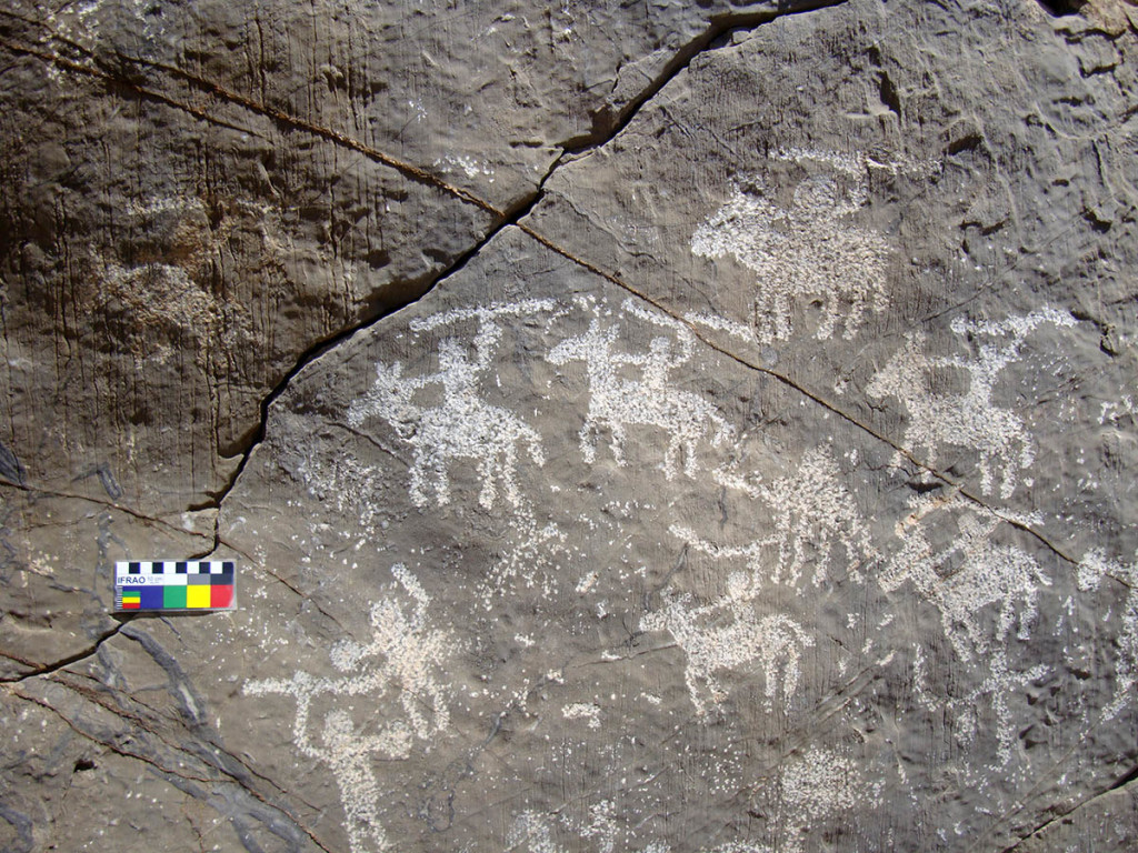 Fig. 18 - Warriors and horsemen with weapons - Wadi Al Hareem - (photo by Angelo Fossati)