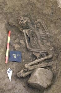Fig. 2 Rosheim (Alsazia, Francia), sepoltura n. 419, con pietra sulle gambe. Neolitico Medio (da Rites de la mort en Alsace de la préhistoire à la fin du XIXe siècle, Strasbourg 2008, p. 30).