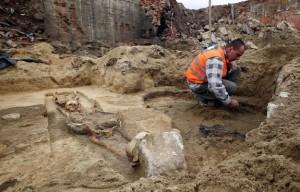Fig. 6 Gliwice (Silesia, Polonia). Scavo effettuato nel 2013 di un sepolcreto co inumati deposti con la testa spostata, XVI secolo? (foto Regional Conservation of Monuments, Poland).