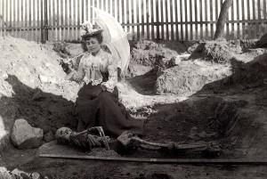 Fig. 7 Frankfurt am Main (Germania), tomba 528, sepolcreto romano Älteren Praunheimer di Nidda. Sepolto in posizione prona. Foto del XIX secolo (Archivio Archäologischen Museum Frankfurt am Main)