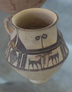 Fig. 19 Vaso carenato con decorazione dipinta in nero. Sono raffigurate due capre. Il reperto, datato al III millennio a.C. proviene da Giyan, provincia di Hamadan ed è conservato presso il Museo Nazionale Archeologico di Tehran (foto: Dario Sigari)