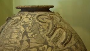 Fig. 20 Recipiente ceramico proveniente da Nahavand e datato al III millennio a.C. Decorazioni dipinte, uomo in lotta con due felidi, e a applicate, due capridi (foto: Dario Sigari)