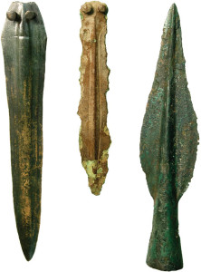 Bronzi protostorici dal massiccio del Rocciamelone: a sinistra e al centro, pugnali dalla Malciaussia e da I Seti; a destra cuspide di lancia dalla Ca' d'Asti (foto SABAP-Torino)