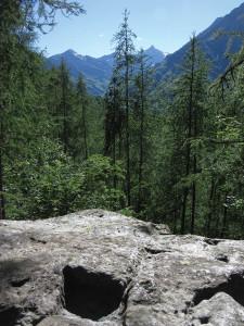 La superficie incisa del Ròch; sullo sfondo il Rocciamelone